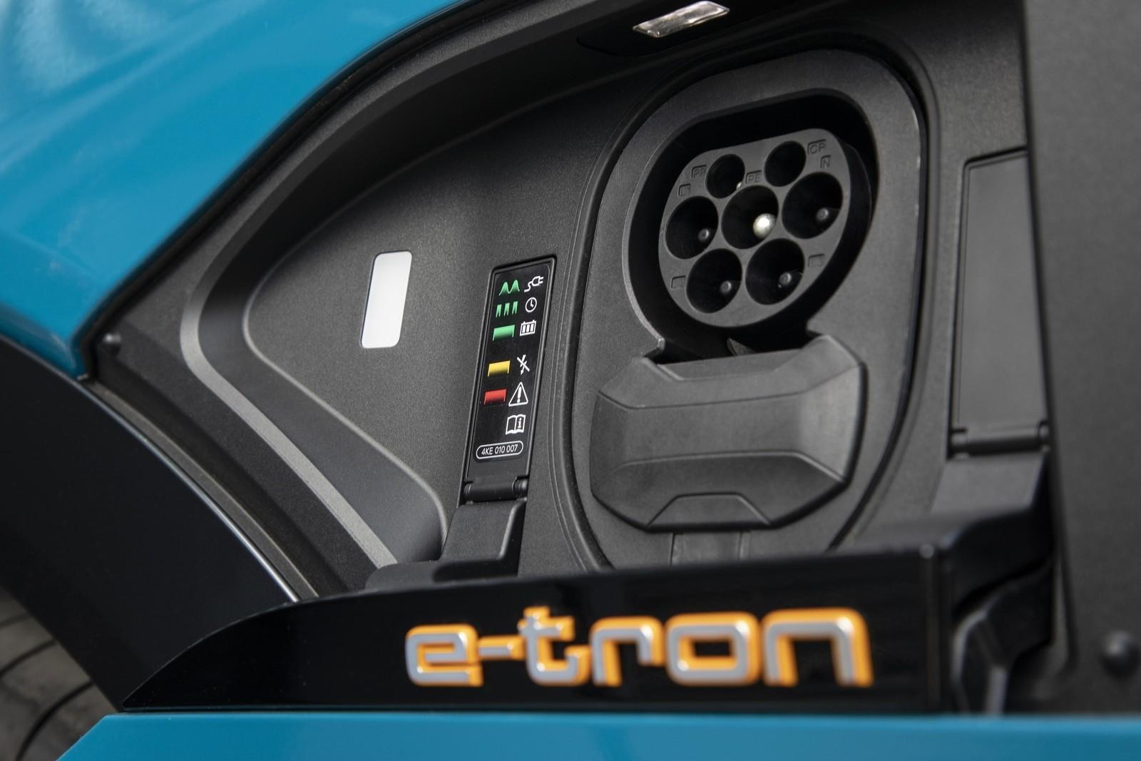 Foto de Audi e-tron (91/111)