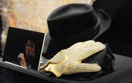 Un guante de Michael Jackson se subasta por 235.000 euros