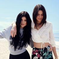 Poco diseño y mucho nombre: la colección de Kendall y Kylie Jenner para Topshop