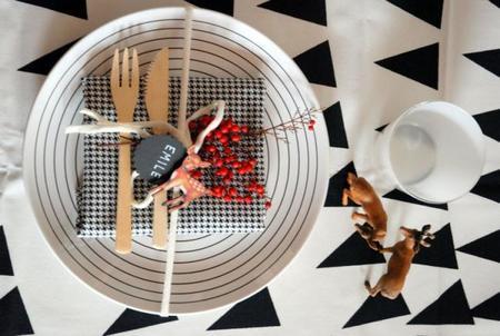 Una idea en blanco, negro y rojo para decorar la mesa de Año Nuevo