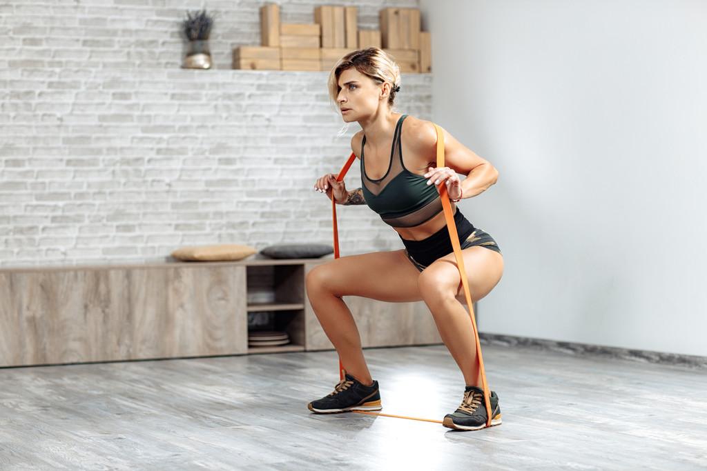 Entrenamiento de piernas en casa: suma más intensidad con esta rutina con gomas elásticas y kettlebells