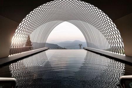 Un viaje en el tiempo en este hotel de aires futuristas que también respeta la arquitectura local