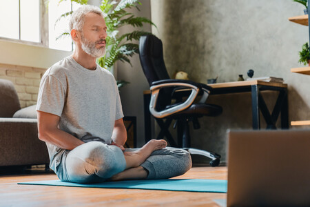 Practica Yoga sentado: 15 asanas de Yoga sin tener que levantarte