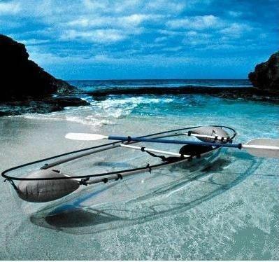 Una canoa-kayak transparente