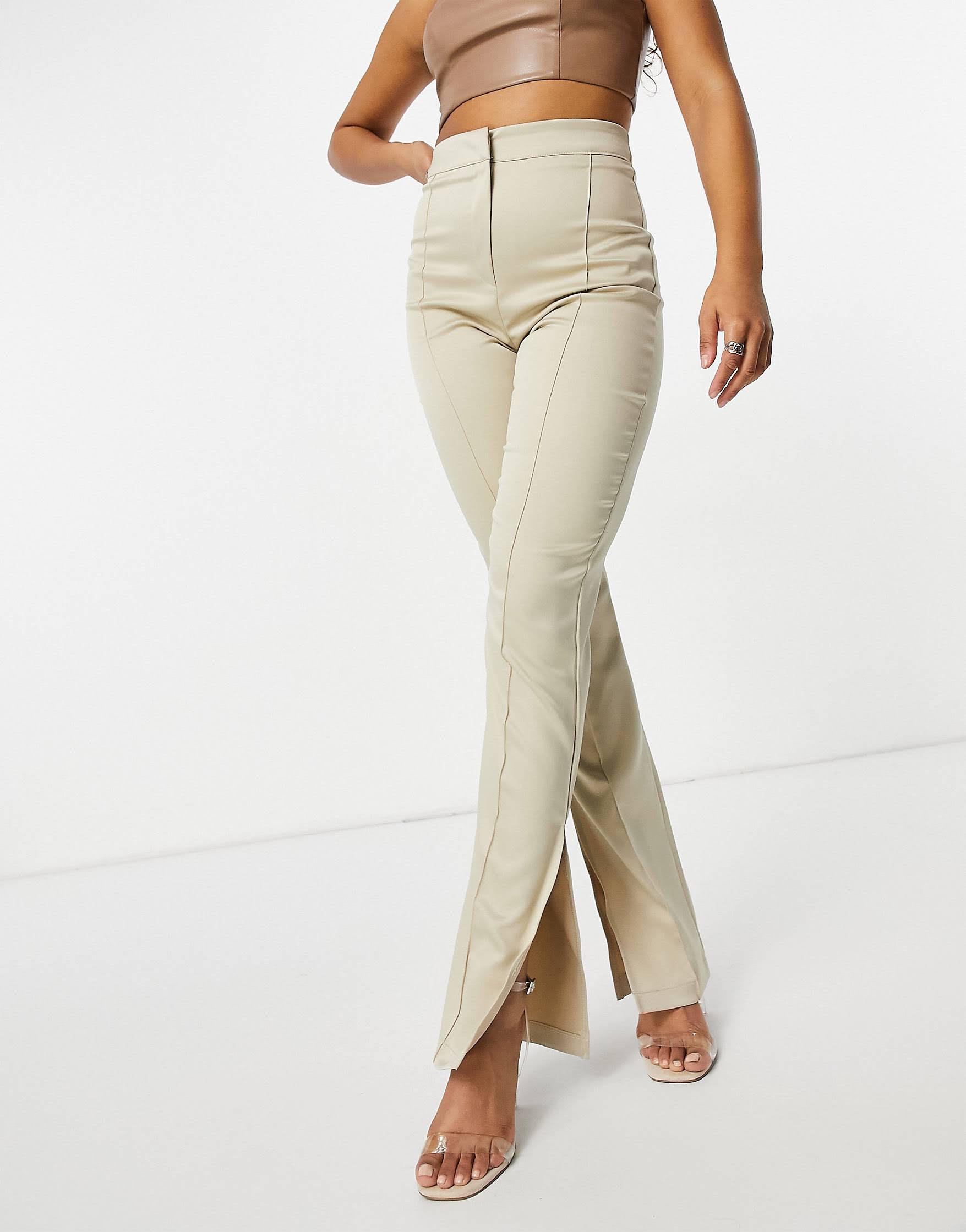 Pantalones color crema con abertura lateral de satén de Femme Luxe