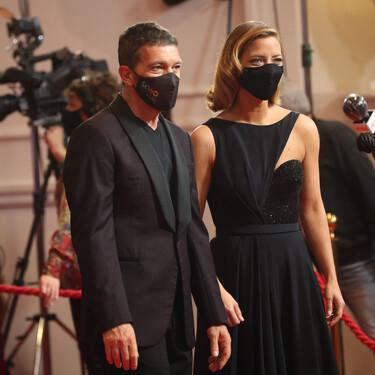 Antonio Banderas, medio elegante  y medio informal como presentador de los Premios Goya 2021