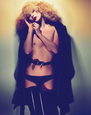 Kate Moss vuelve a los editoriales picantes, esta vez para la revista W