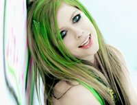 Las mechas verdes del pelo de Avril Lavigne a juego con el maquillaje de ojos