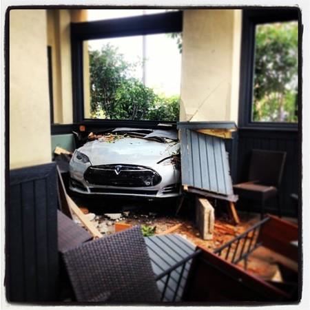 Tesla Model S contra restaurante