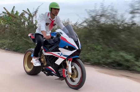 Alucina con esta BMW S 1000RR de cartón que ha hecho un youtuber vietnamita imitando la moto de Superbikes