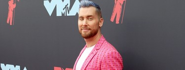 Lance Bass abre la alfombra roja de los MTV VMAs con un llamativo look en rosa