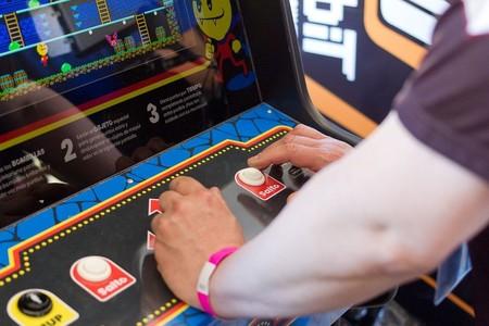 Darkula, el nuevo arcade de Locomalito inspirado en 1983, ya está disponible para su descarga. Y sí, es gratis