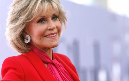 Una estupenda Jane Fonda luce el combo de colores del verano 2018 en la première de 'Book Club'