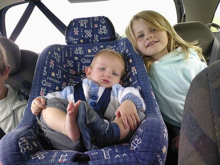 La DGT propone que los niños de hasta 18 kilos viajen en dispositivos homologados colocados en el sentido contrario a la marcha