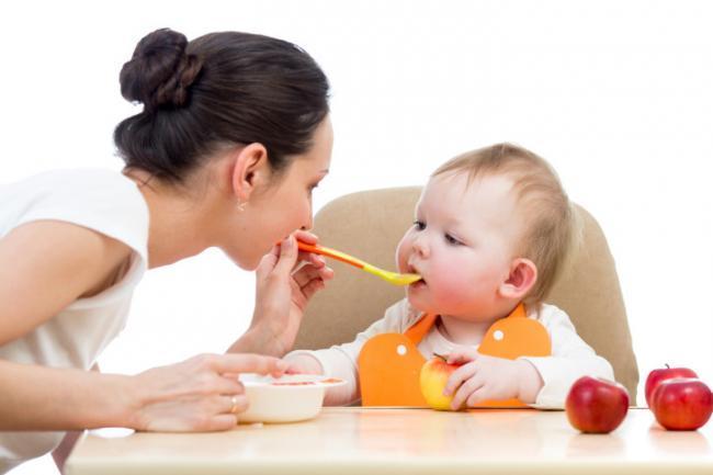 Si quieres ayudar a tu hijo en el desarrollo del lenguaje, cambia las papillas por sólidos