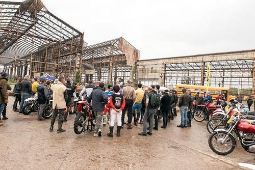 Deus Swank Rally, haciendo retro-Enduro a través de fábricas abandonadas