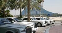 Coches abandonados se empolvan en Dubai