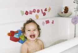 Mamás a cuatro manos: limpiando el baño mientras los niños se bañan