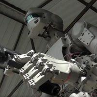 Este aterrador robot ruso sabe conducir, disparar y cualquier parecido con Terminator es mera coincidencia