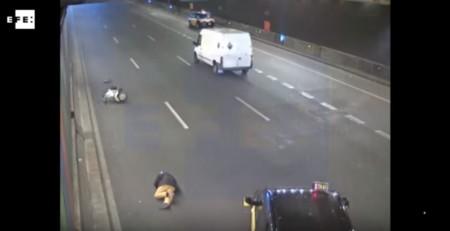 Presencia un accidente de un motorista, lo esquiva y lo deja tendido en la carretera