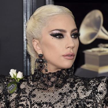 Lady Gaga, de las primeras en pisar la alfombra roja de los Grammy 2018, con muchos metros de tela negra