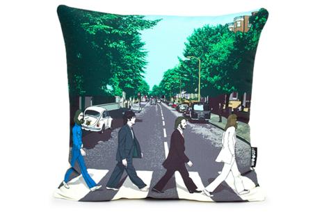 Cojín con la portada y la contra de un disco de los Beatles