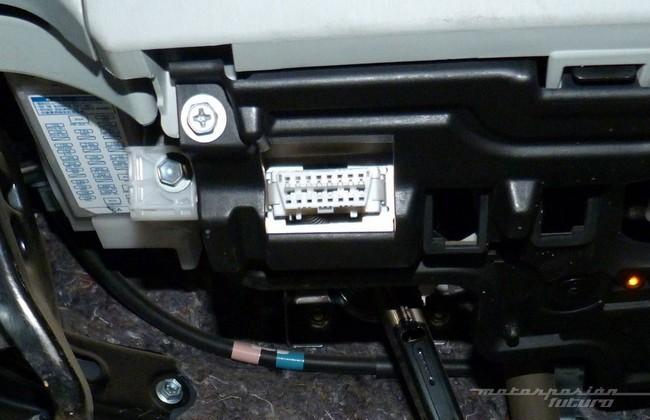 Conector OBD bajo el salpicadero de un Toyota Prius
