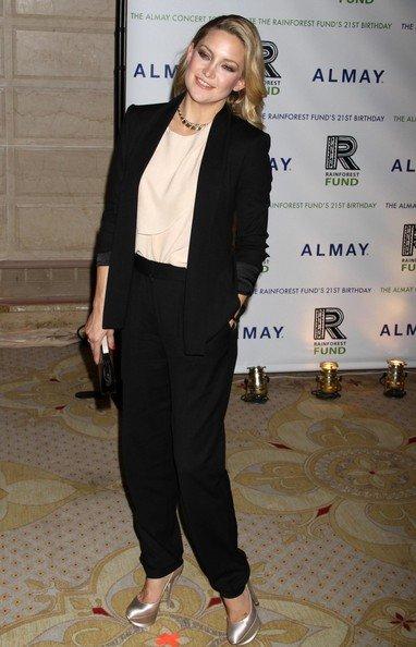 Blazer y pantalón para el día de la graduación Primavera-Verano 2010: las famosas evitan los vestidos. Kate Hudson