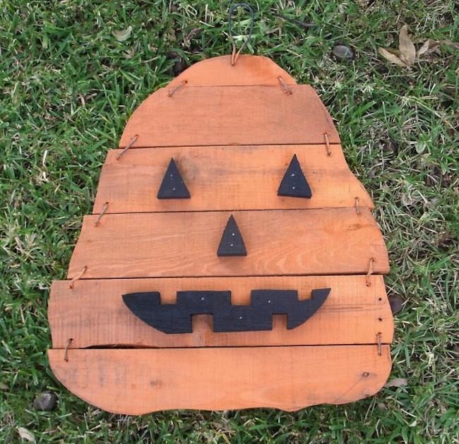 2013 Pumpkin H Pallet Wood On Grass 034 600x581