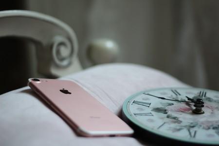 Lo que dice la ciencia sobre dormir con el móvil en tu almohada