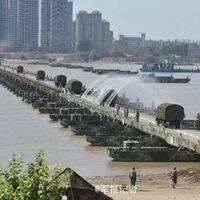 Así es como soldados chinos montan en menos de 30 minutos un puente de más de un kilómetro por el que pasan hasta tanques