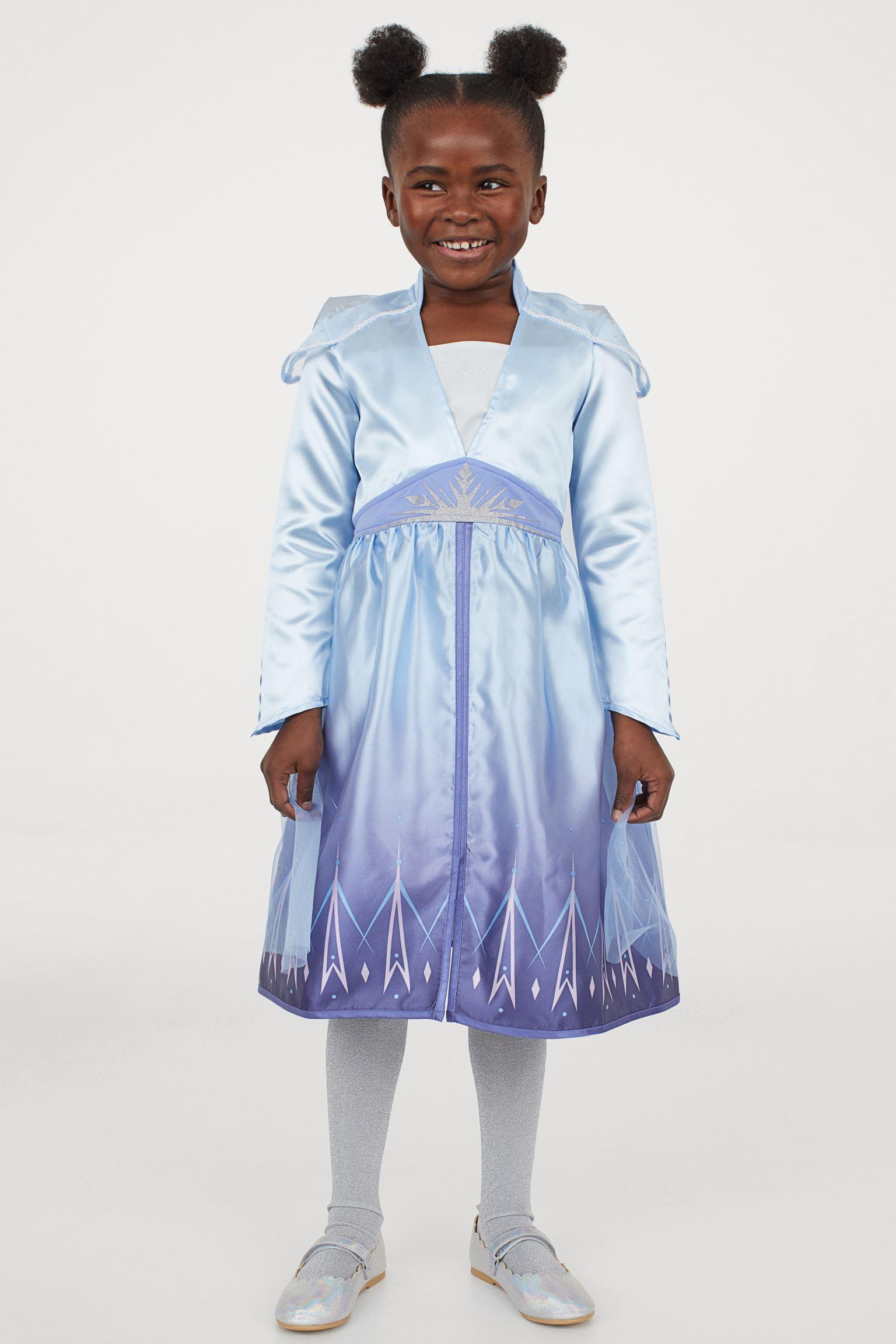 Vestido de disfraz con falda con vuelo y capa larga de organza con motivo brillante. Parcialmente forrado.