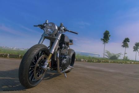 Triumph Thruxton Baskhara White Collar Bikes 04