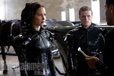 Katniss y Peeta con una vestimenta muy particular