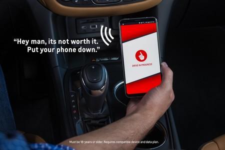 Una app emitirá un mensaje de tu madre recordándote que no debes usar el celular mientras manejas