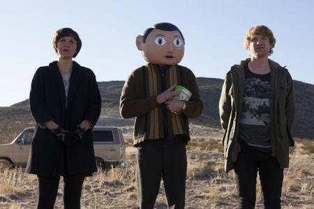 Maggie Gyllenhaal, Michael Fassbender y Domnhall Gleeson en una escena de Frank