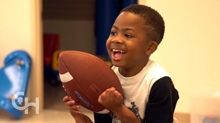 Zion, el primer niño del mundo que recibió un trasplante doble de manos (y no puede estar más feliz)