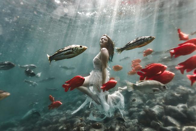 Esta profesional fotografía a sus modelos bajo el agua y el resultado parece sacado de otro mundo