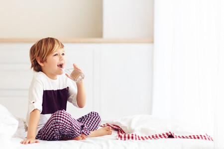 Cuento, pis, agua, beso… cuando tu hijo da vueltas para irse a dormir (y qué puedes hacer para ayudarle)