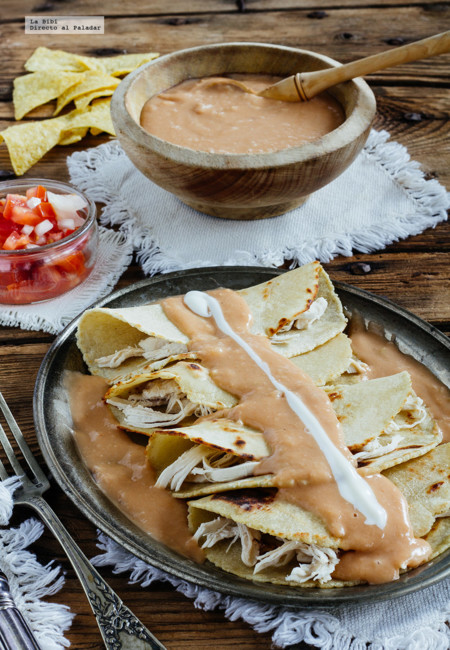 Enfrijoladas de pollo. Receta mexicana