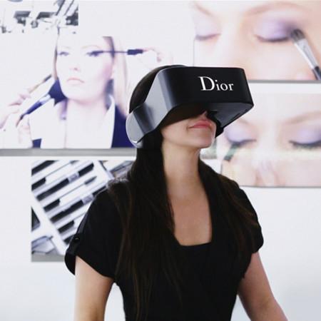 Casco de realidad virtual Dior Eyes, un software que sigue los movimientos del usuario acompañándolos con la imagen y el audio