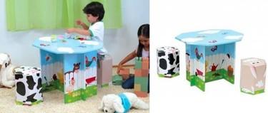Una granja de cartón en la mesa y los taburetes infantiles