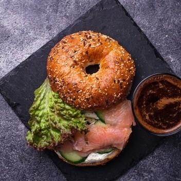 Bagels con salmón, queso crema y pepinillos. Receta fácil para el desayuno