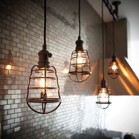 Éstas lámparas de inspiración industrial son perfectas para agregar un aire urbano a la decoración de tu casa