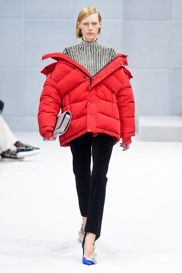 Clonados y pillados: la fiebre por Balenciaga alcanza a Zara Trf que ya tiene su propio plumas rojo