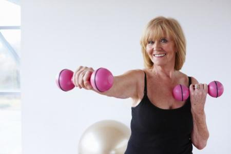 Beneficios del entrenamiento de fuerza en mujeres tras la menopausia