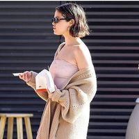¿Es un jean? ¿Es un chándal? No sabemos bien qué es el pantalón de Selena Gomez, pero nos encanta