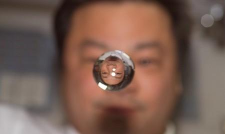 "[Vídeo] Una gota de agua ""orbitanto"" una aguja en la ISS"
