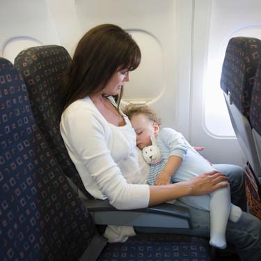 A partir de qué edad puede viajar en avión un bebé, y qué tener en cuenta si vais a viajar