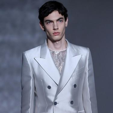 La Alta Costura de Givenchy se pinta de blanco y negro en sofisticados looks masculinos